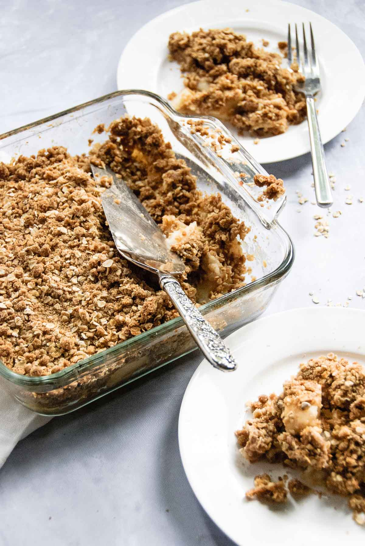 Everyone loves a good apple crisp, but the BEST Apple Crisp is when everyone is drooling for some more! You won't even have to worry about putting it away! - thebeaderchef.com #apples | #thanksgivingrecipe | #thanksgiving | #applecrisp | #applecrisprecipe | #applepicking | #dessertrecipe | #falldesserts | #falldessertrecipe