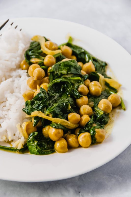 Super fast, super flavourful and ready in 20 minutes?!!! This simple 20 minute golden chickpea curry with spinach is just that! Plus it's made with 5 ingredients: onions, curry powder, turmeric, chickpeas and spinach!!! Perfect for a quick weeknight meal! - thebeaderchef.com #curry #chickpea #spinach #goldencurry #weeknightmeal #20minutes