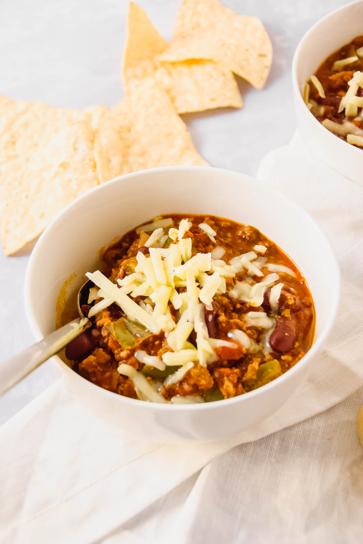 Yummy simple 8-ingredient beef chili made with all the good stuff! Onions, peppers, beef and tomatoes come together with chili powder, oregano and some red chili flakes for some heat on your tongue and all over! - thebeaderchef.com #chili #beef #beefchili #glutenfree #onepot #coldweatherdinner #maindish #mainmeal #lunchbox
